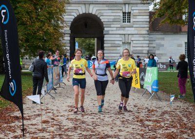 Coureuses arrivant à la Saline royale d'Arc-et-Senans - Trail des 2 Salines
