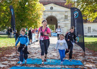 Coureuse arrivant à la Saline royale d'Arc-et-Senans avec ses enfants - Trail des 2 Salines